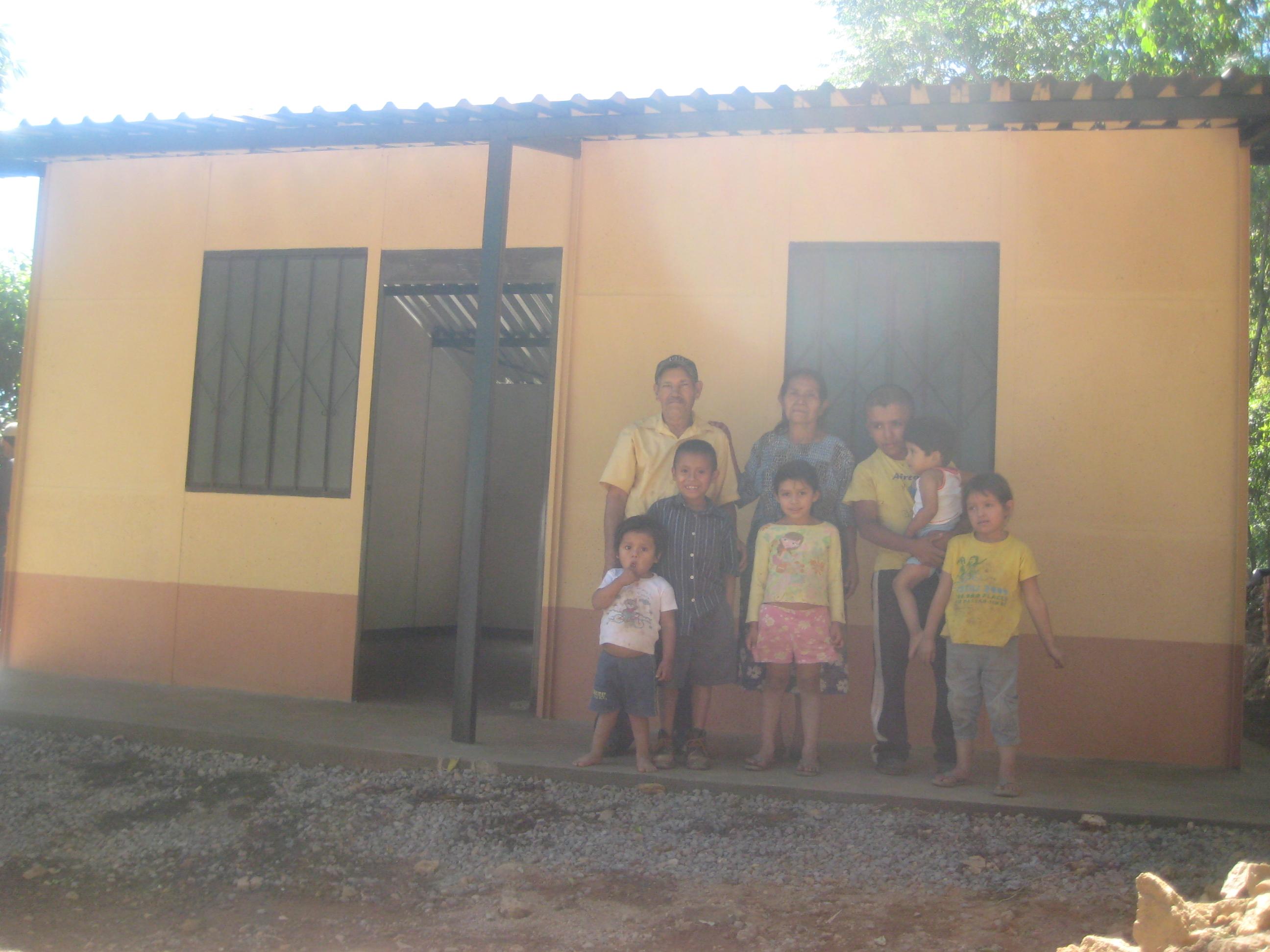 Familia en vivienda nueva original - Casa nueva viviendas ...